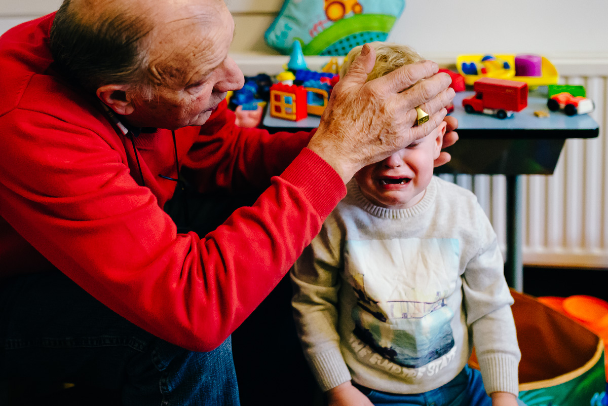 Opa troost kleinzoon, Day in the Life, familie documentaire fotografie, familie fotojournalistiek, image by Sandra Stokmans Fotografie