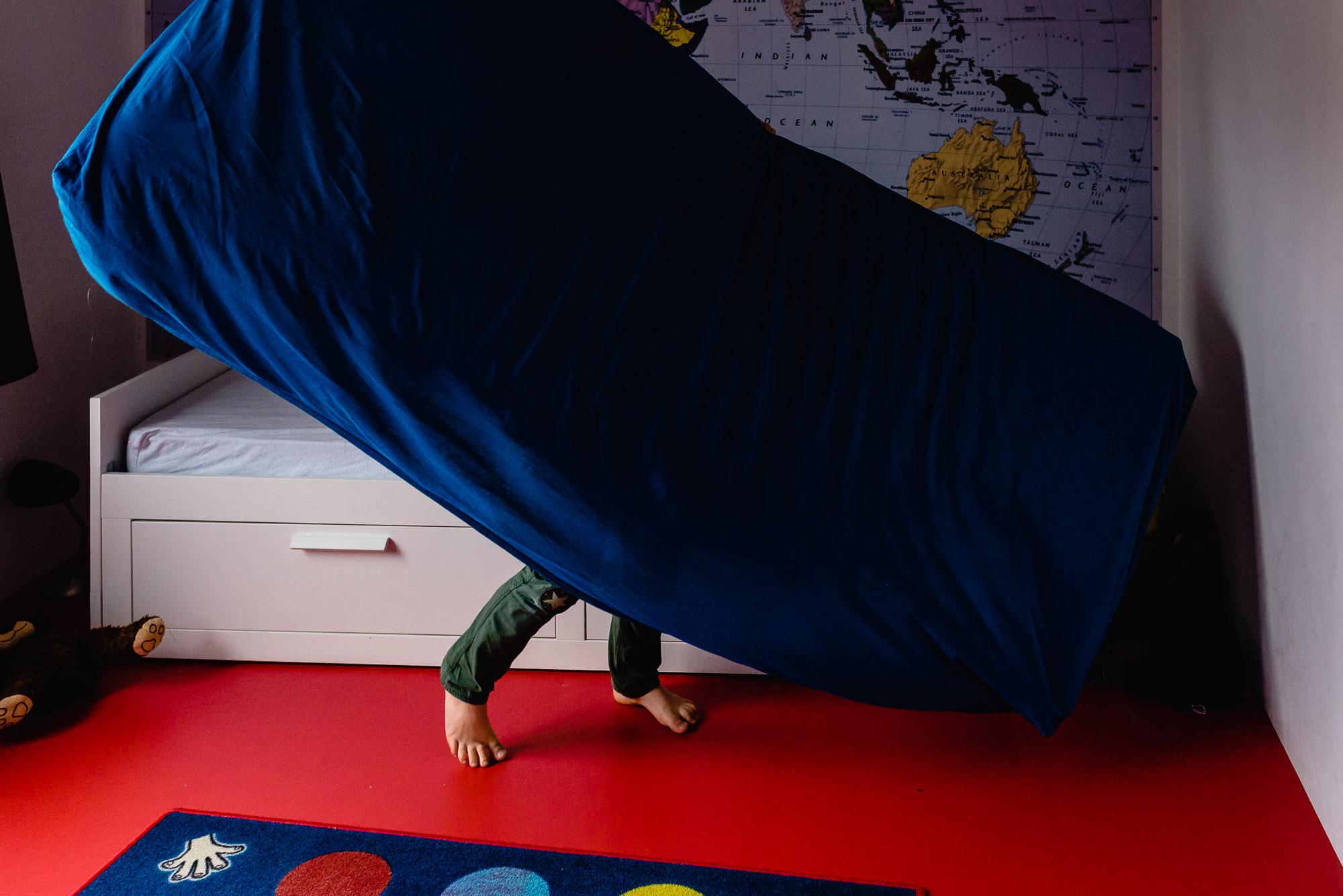 familie fotografie, jongen sleept matras, Day in the Life in Maarssen, documentaire familie fotografie Sandra Stokmans Fotografie