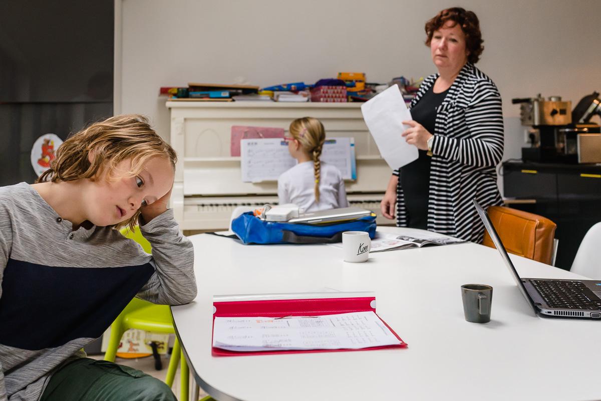 Familie fotografie in Maarssen, documentaire familie fotograaf, huiswerk maken, foto door Sandra Stokmans Fotografie