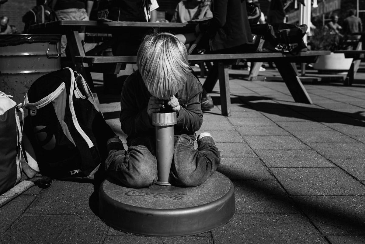 Familie fotografie in Maarssen, documentaire familie fotograaf, jongetje dat gek doet, foto door Sandra Stokmans Fotografie_SSF0881