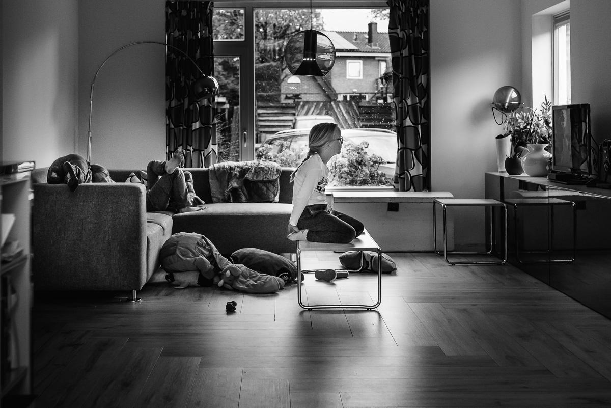Familie fotografie in Maarssen, documentaire familie fotograaf, tv kijken, foto door Sandra Stokmans Fotografie