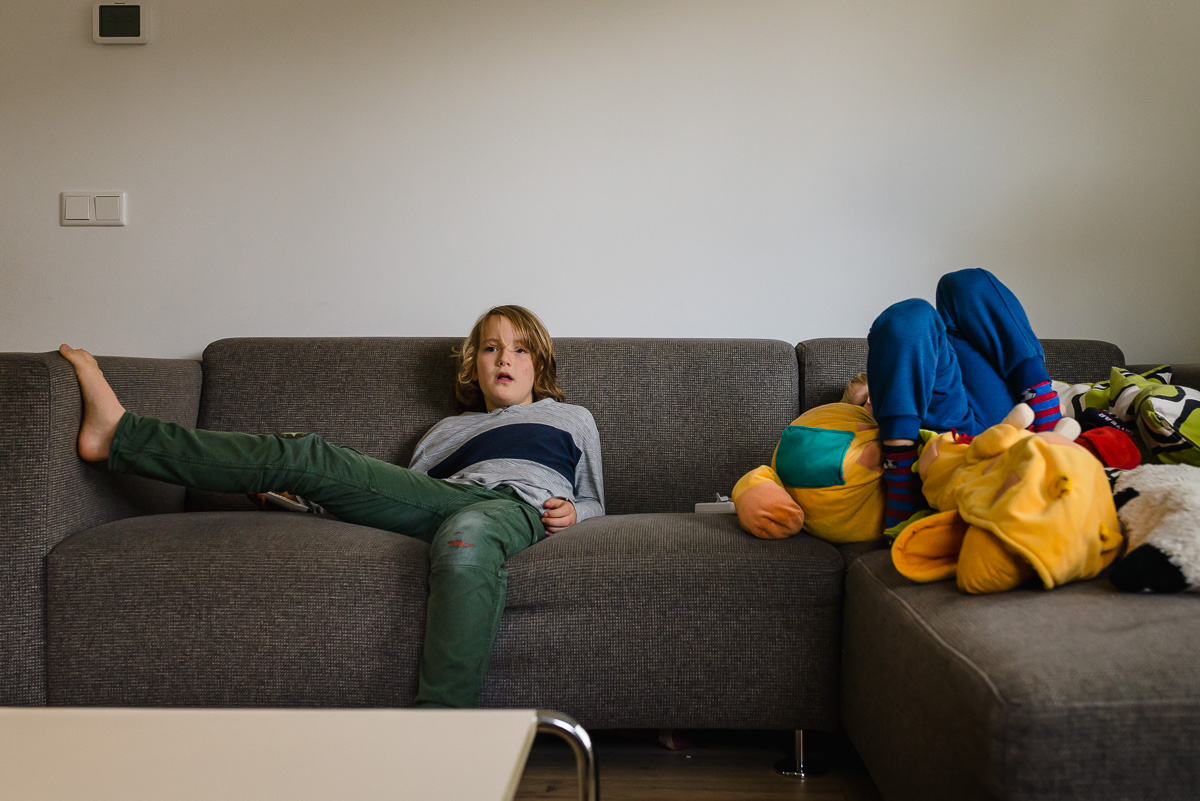 Familie fotografie in Maarssen, documentaire familie fotograaf, kinderen op bank, foto door Sandra Stokmans Fotografie