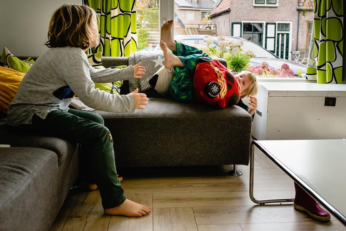 Familie fotografie in Maarssen, documentaire familie fotograaf, stunten op bank, foto door Sandra Stokmans Fotografie