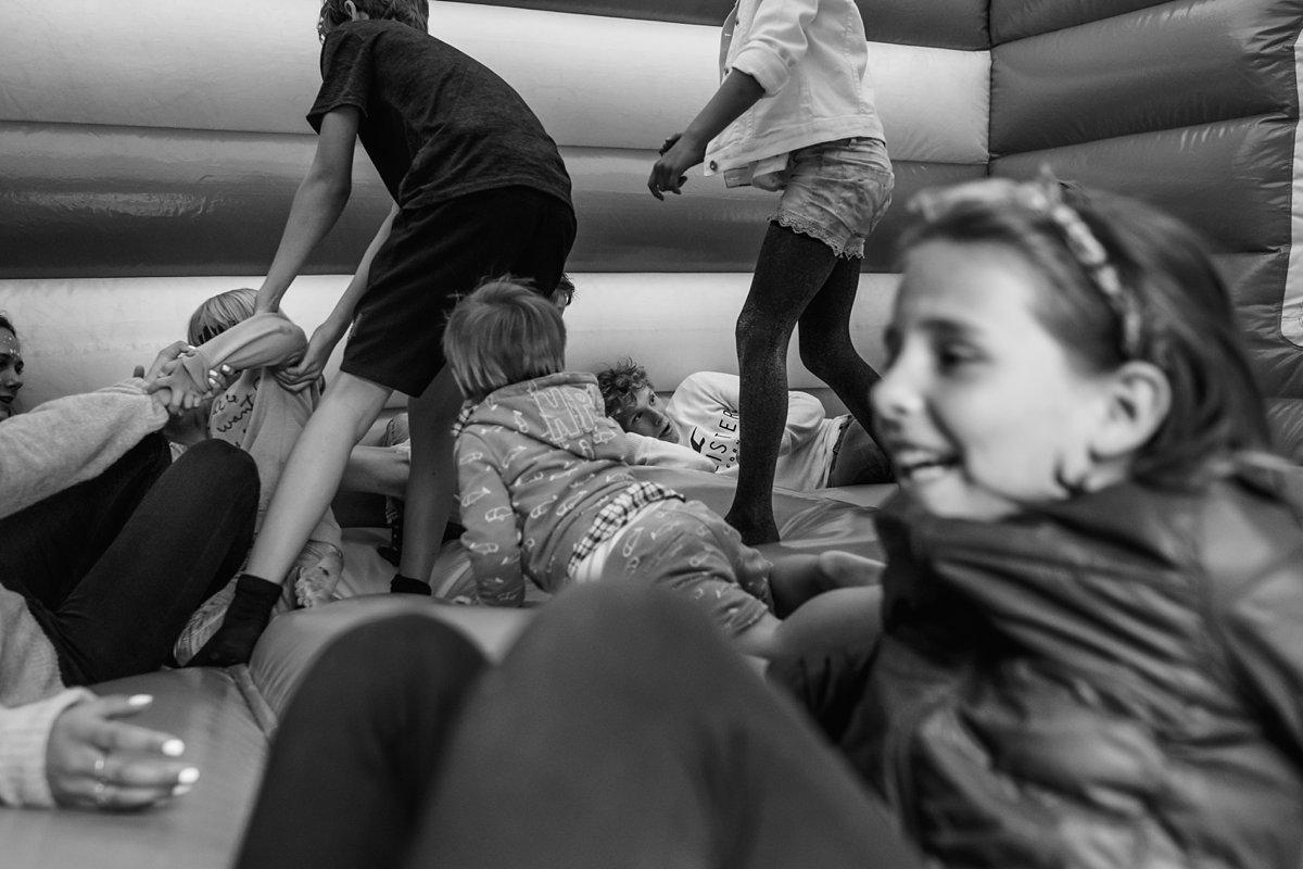 Familiedag fotograferen in Lage Vuursche, documentaire familiefotografie, alle kinderen in het springkussen, Sandra Stokmans Fotografie