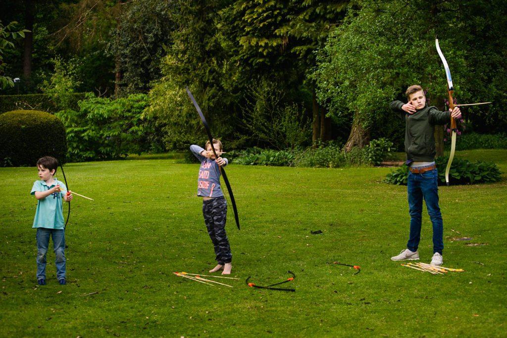 Familiedag fotograferen in Lage Vuursche, documentaire familiefotografie, boogschieten, Sandra Stokmans Fotografie
