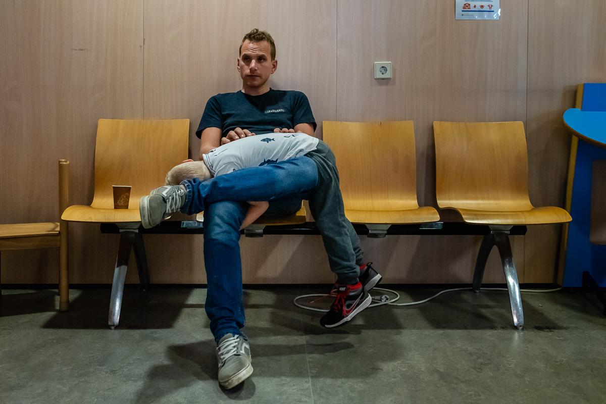 Project Hartekind, wachten in de wachtkamer, familie fotografie Sandra Stokmans Fotografie
