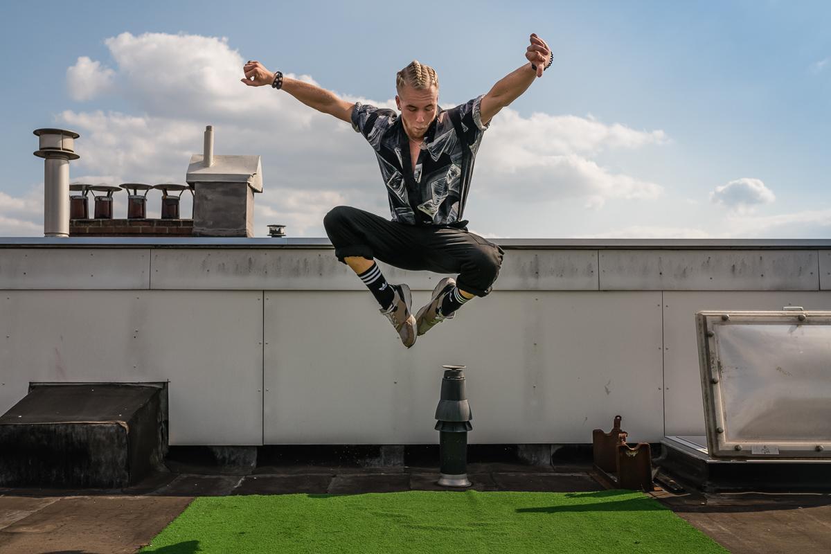 Skip Boekhorst dansend boven op zijn dak, portretfotografie, Sandra Stokmans Fotografie