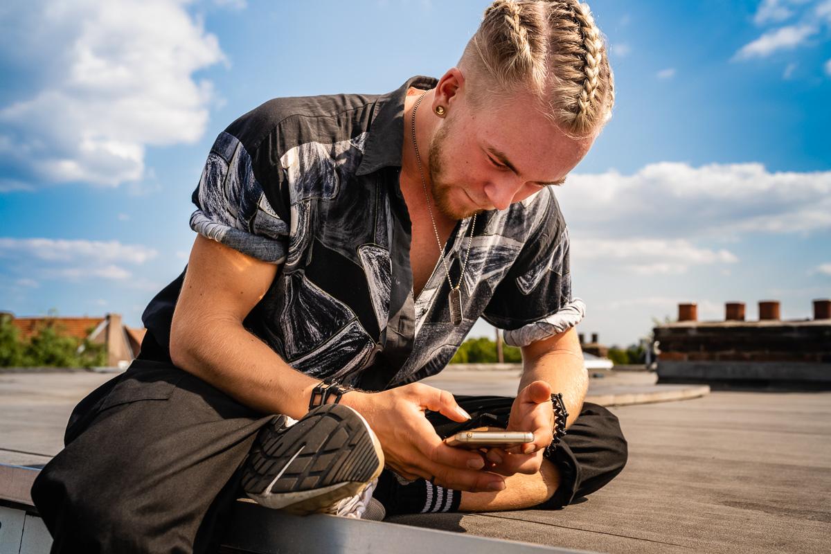 Skip Boekhorst op zijn dak, documentaire familie fotografie, Project Hartekind, Sandra Stokmans Fotografie