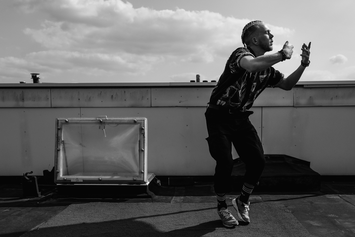 Documentair portret van Skip Boekhorst dansend boven op zijn dak, portretfotografie, Sandra Stokmans Fotografie