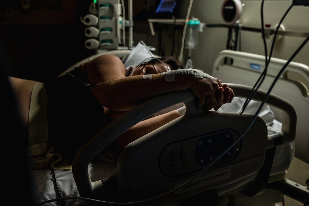 Geboorte fotografie, moeder tijdens een bevalling, WKZ Utrecht, documentaire fotografie voor Stichting Hartekind, foto door Sandra Stokmans Fotografie
