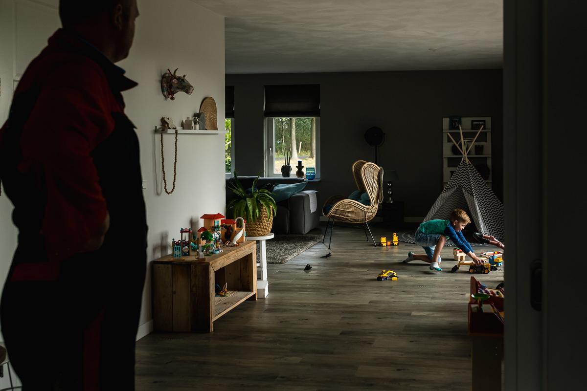 Middag in het leven van Hartekind Jort, spelen met trekkers, documentaire familiefotografie, foto door Sandra Stokmans Fotografie