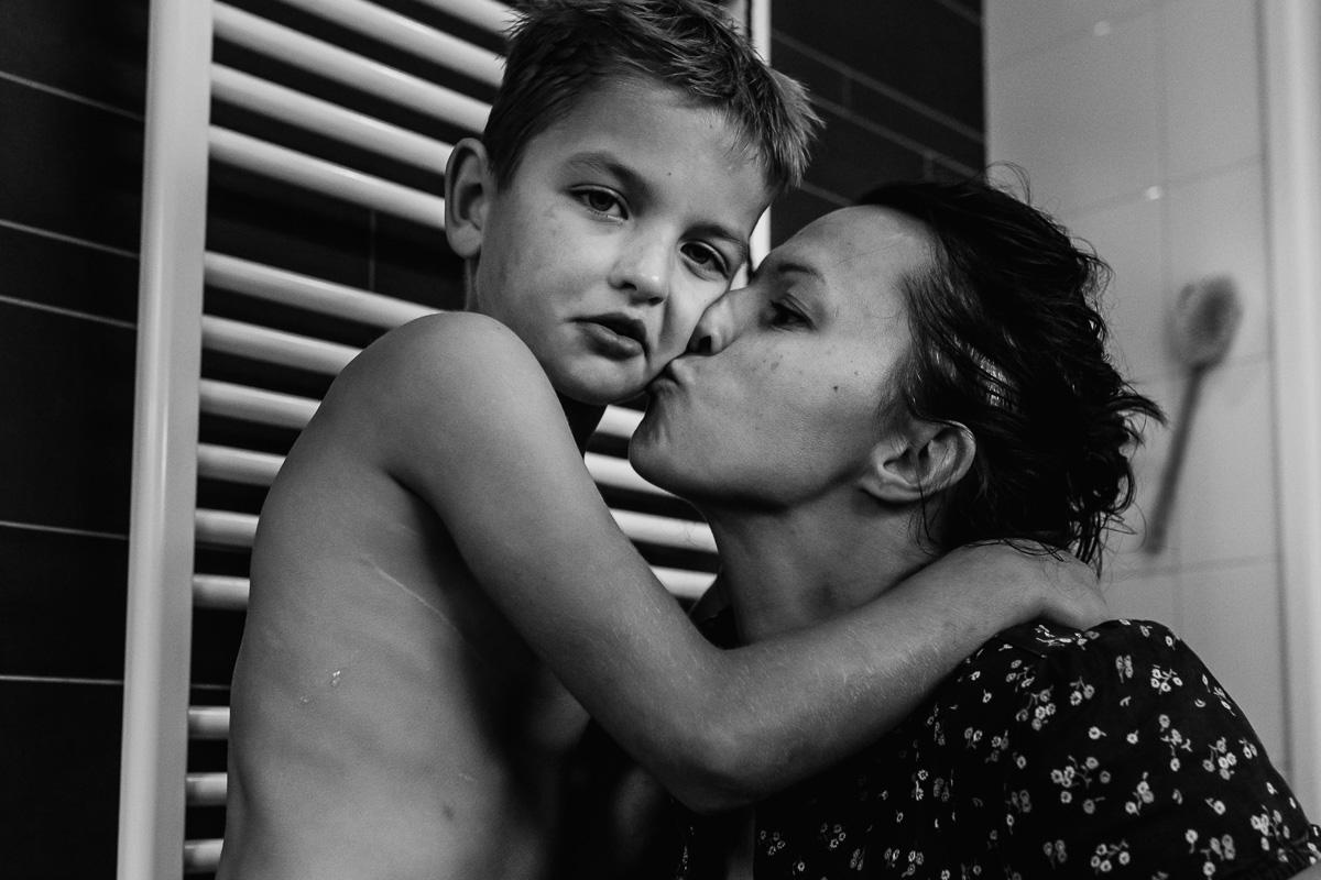 Kus van Mama na het douchen tijdens de day in the life, Eursinge, foto door Sandra Stokmans