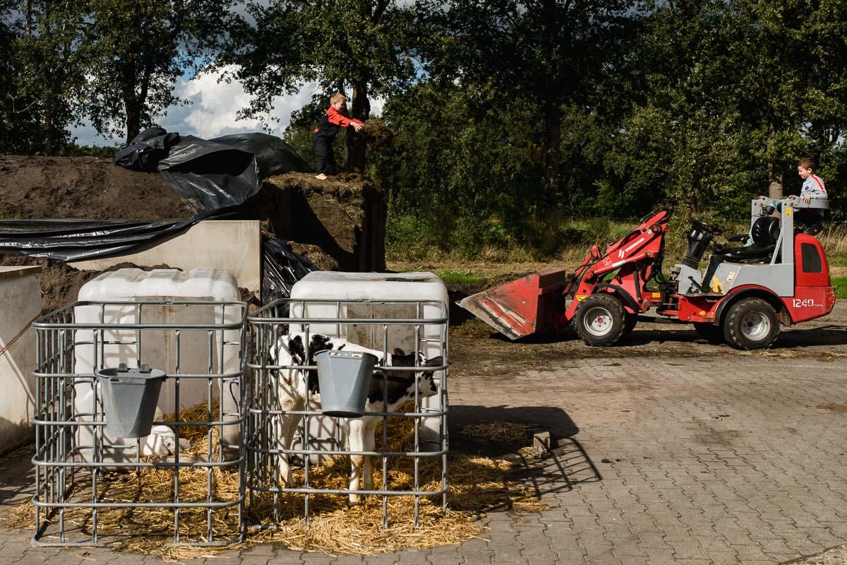 Middag in het leven van Hartekind Jort, leven op een boerderij, documentaire familiefotografie, foto door Sandra Stokmans Fotografie