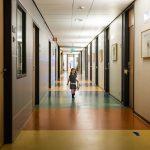 Meisje loopt door de gang van het WKZ, Hartekind met Syndroom van Williams-Beuren, foto door Sandra Stokmans Fotografie