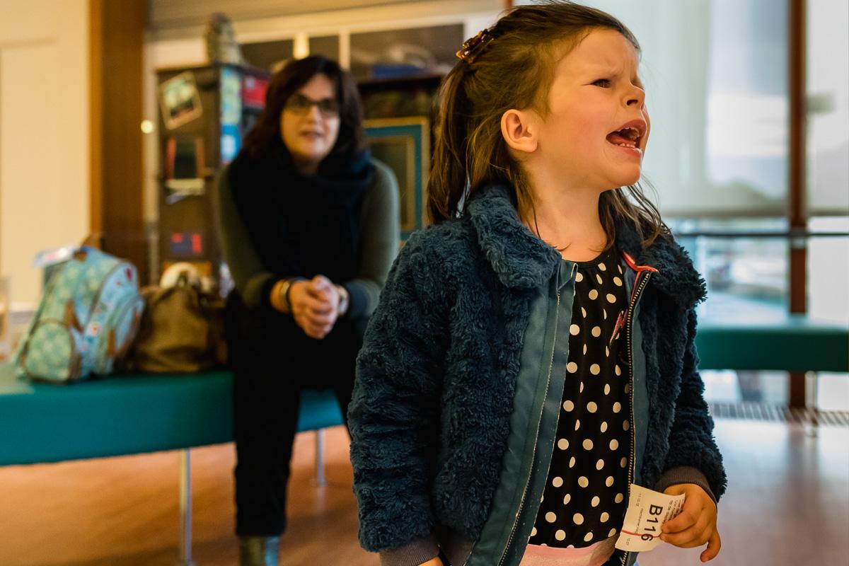 Vragen stellen, Hartekind met syndroom Williams-Beuren in het WKZ ziekenhuis in Utrecht, foto door Sandra Stokmans Fotografie
