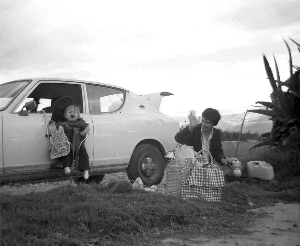 Sandra Stokmans als baby, picknick Peru, kind hangend aan autodeur