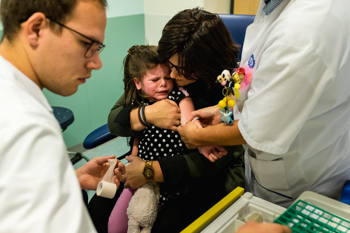 Mama troost nadat dochter geprikt is, Hartekind met syndroom Williams-Beuren, foto door Sandra Stokmans Fotografie