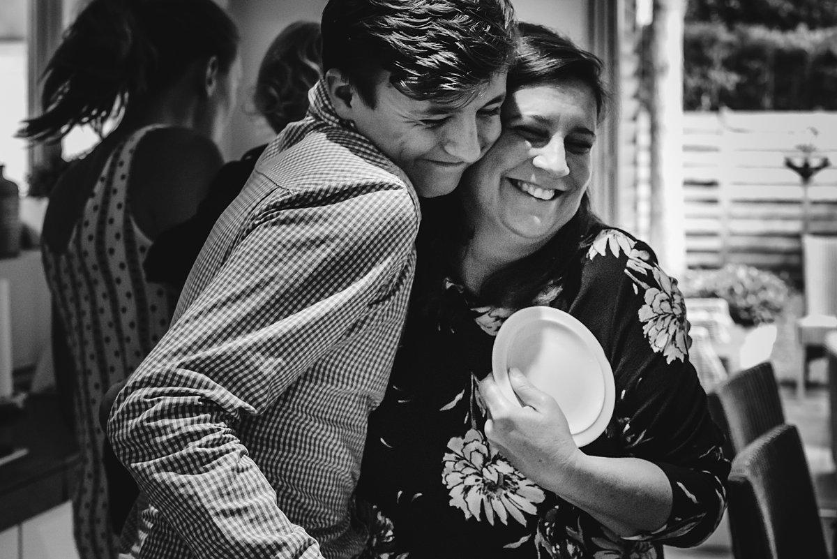 Familiedag fotograferen nabij Antwerpen, Belgie. Day in the Life zoon knuffelt moeder, foto door Sandra Stokmans Fotografie