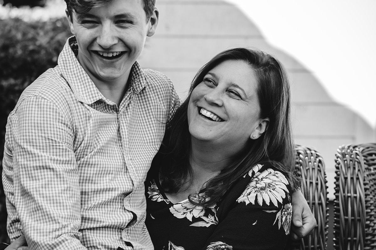 Familiedag fotograferen nabij Antwerpen, Belgie. Tienerzoon op schoot bij moeder, foto door Sandra Stokmans Fotografie