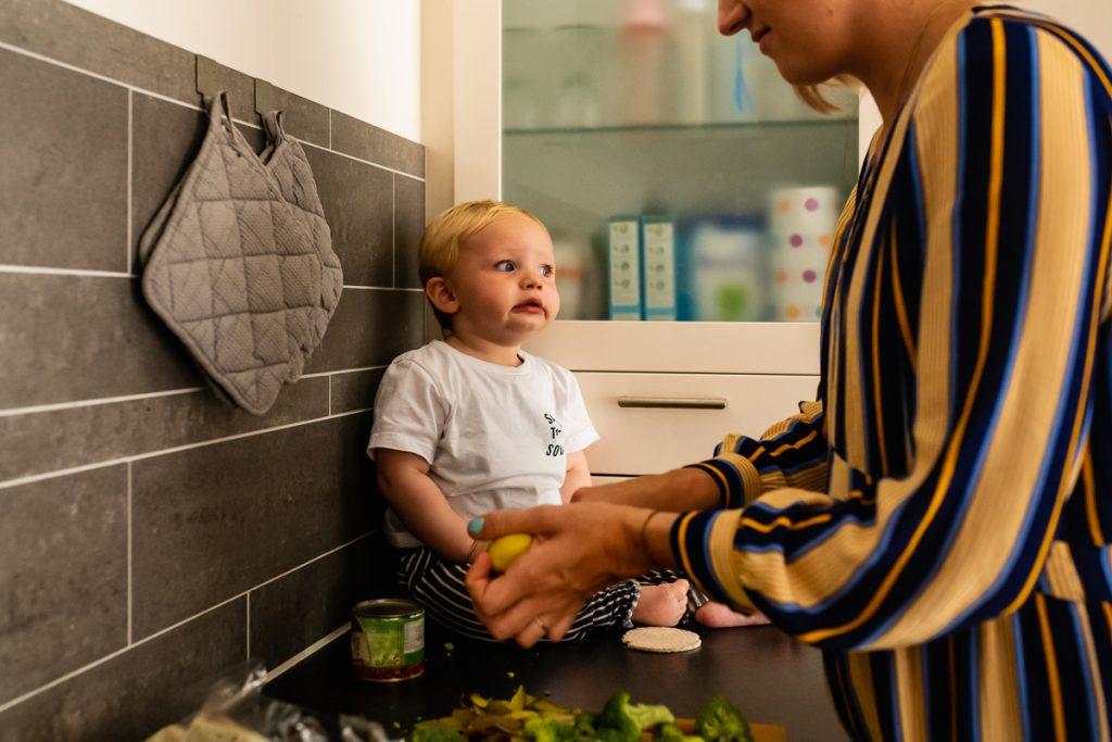 fotosessie koken met kinderen, Day in the Life influencer Natalie Vijfhuizen, foto door Sandra Stokmans Fotografie