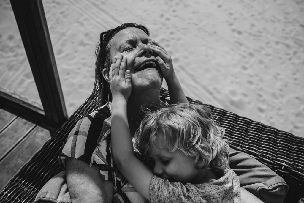 Grandchild 'playing' with his grandmother, documentary photographer Sandra Stokmans Fotografie
