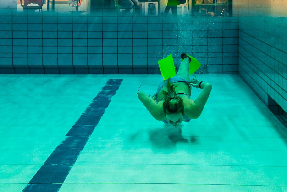 Onderwater zwemmen tijdens fysiotherapie sessie, documentaire fotografie door Sandra Stokmans Fotografie