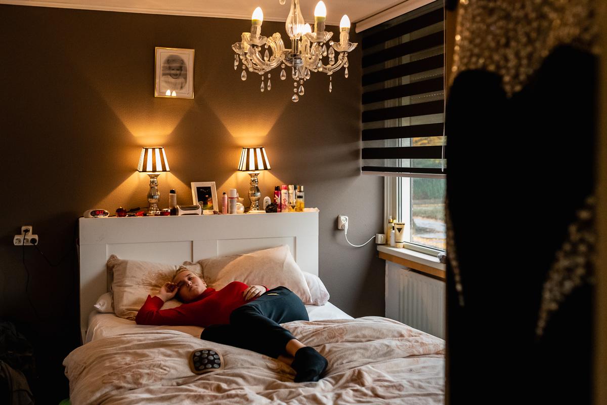 Uitrusten na fysiotherapie sessie, op bed ligt de PacePro, documentaire fotografie door Sandra Stokmans Fotografie