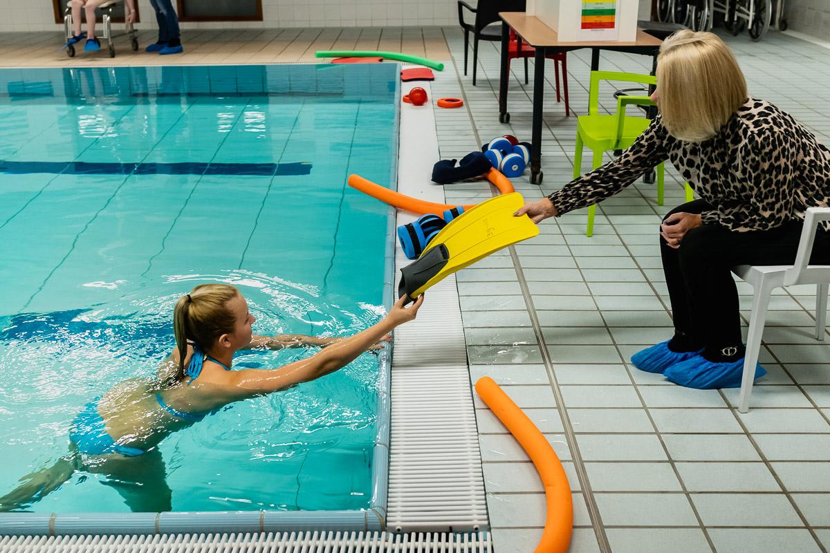 Klaarmaken fysiotherapie sessie controle hartslag, documentaire fotografie door Sandra Stokmans Fotografie