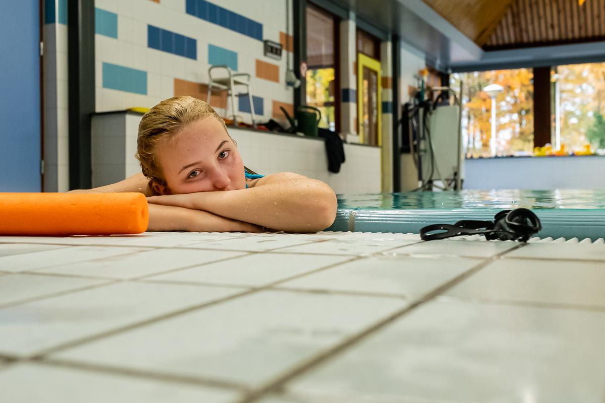 Moe na rondje zwemmen in revalidatiebad Blixembosch voor fysiotherapie sessie controle hartslag, documentaire fotografie door Sandra Stokmans Fotografie