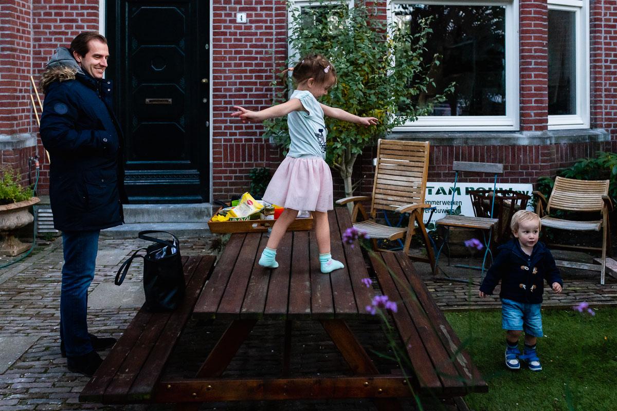 Dansen op de picknicktafel tijdens Day in the Life Rotterdam voor Project Hartekind, foto door Sandra Stokmans Fotografie
