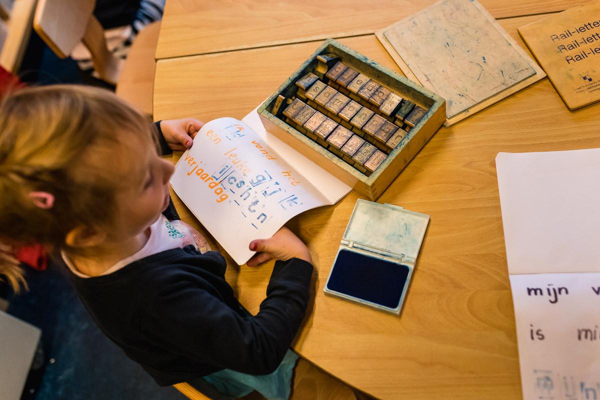 Werkjes op school tijdens Day in the Life Rotterdam voor Project Hartekind, foto door Sandra Stokmans Fotografie