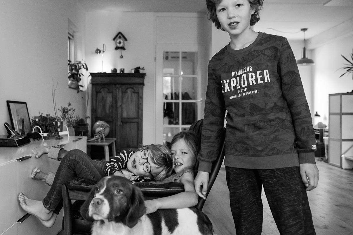 Familiefotograaf Maarssen, Portret van de kinderen en hond tijdens een Day in the Life, foto door Sandra Stokmans Fotografie