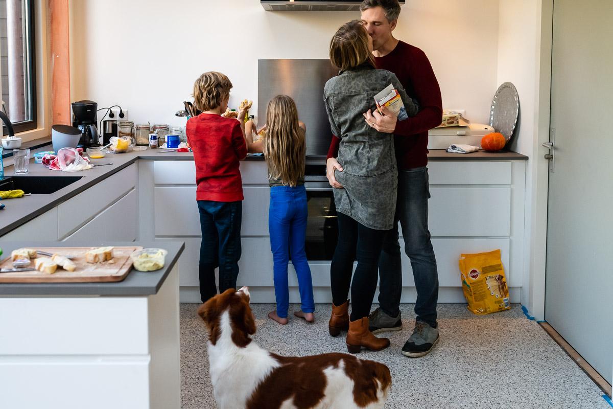 Familiefotograaf Maarssen, knuffel ouders tijdens een Day in the Life, foto door Sandra Stokmans Fotografie