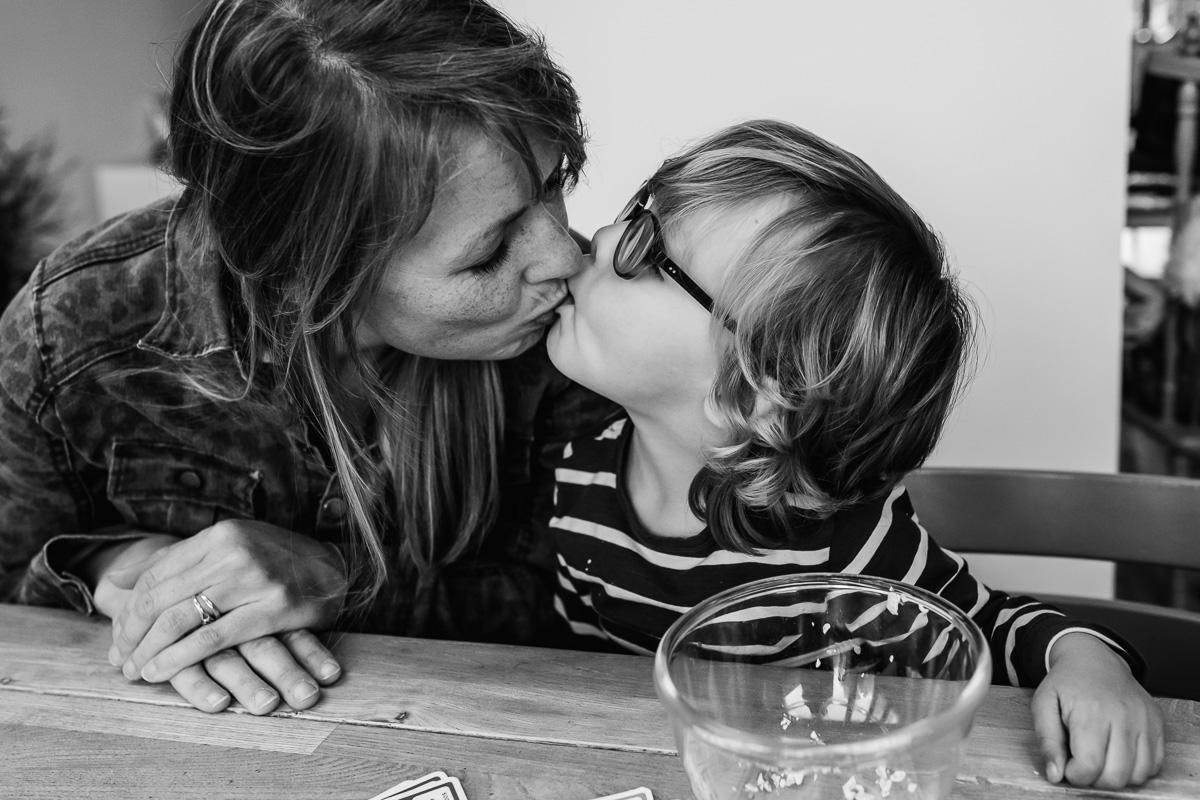 Familiefotograaf Maarssen, moeder kust zoon tijdens een Day in the Life, foto door Sandra Stokmans Fotografie