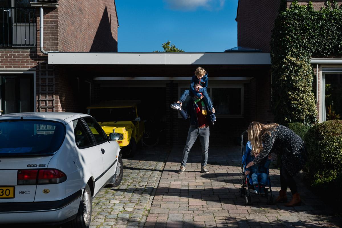 Familiefotograaf Maarssen, schouders papa tijdens een Day in the Life, foto door Sandra Stokmans Fotografie
