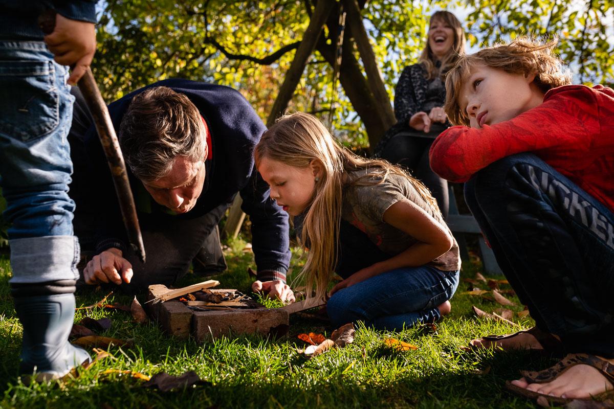 Familiefotograaf Maarssen, spelen met vuur tijdens een Day in the Life, foto door Sandra Stokmans Fotografie