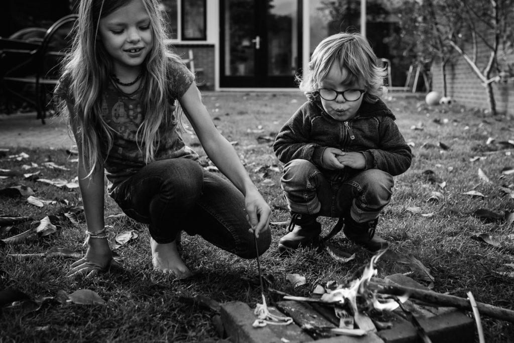 Spelen met vuur is spannend en leuk.