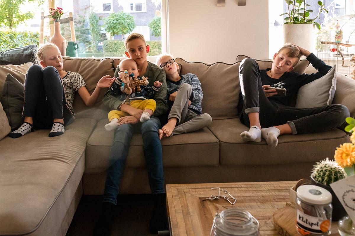 Fotosessie groot gezin, familiefotografie, allemaal op de bank, Sandra Stokmans Fotografie
