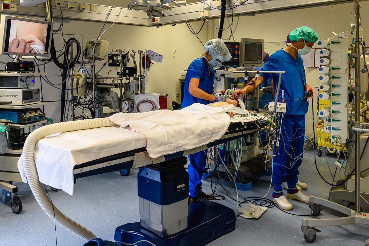 Ziekenhuisreportage - De kindercardioloog controleert Puck voordat de openhartoperatie begint. Wilhelmina Kinderziekenhuis (WKZ) in Utrecht. Foto door Sandra Stokmans Fotografie