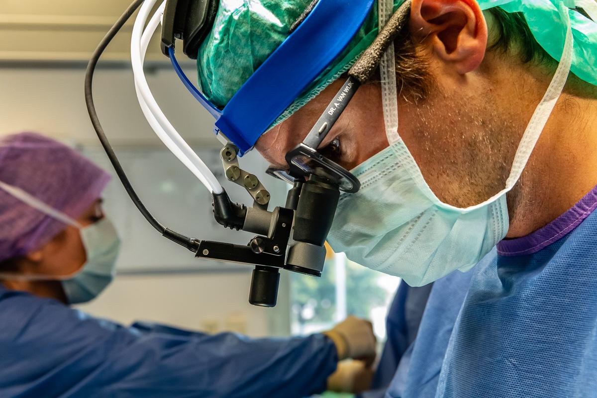 Kinderhartchirurg Dr. B. van Wijk tijdens de openhartoperatie van Hartekind Puck (11 maanden) in het Wilhelmina Kinderziekenhuis (WKZ) in Utrecht. Foto Sandra Stokmans Fotografie