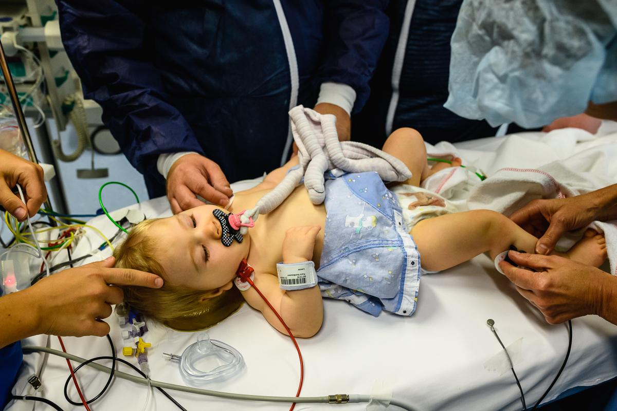 Ziekenhuisreportage - Hartekind Puck wordt 'klaargemaakt' voor haar derde openhartoperatie bij het Wilhelmina Kinderziekenhuis (WKZ) in Utrecht. Foto door Sandra Stokmans Fotografie