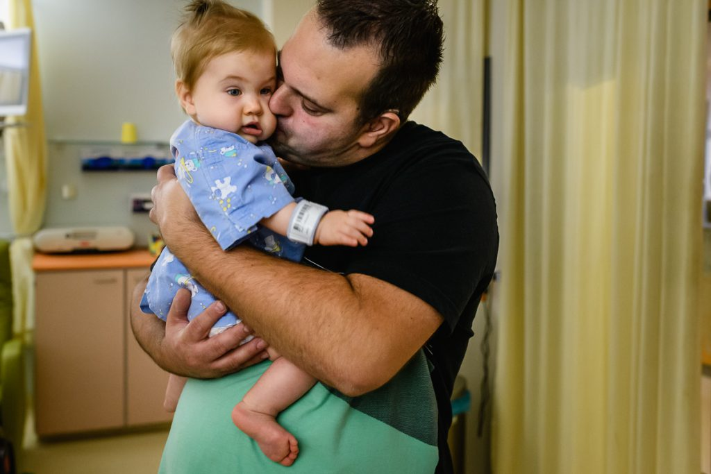 Ziekenhuisreportage - Hartekind Puck nog lekker in Papa's armen voor voor haar derde openhartoperatie bij het Wilhelmina Kinderziekenhuis (WKZ) in Utrecht.