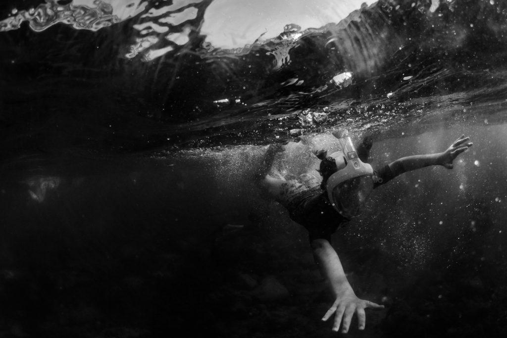 Documentary family photography. GoPro photo swimming in the ocean in Spain. Familiefotografie door Sandra Stokmans Fotografie