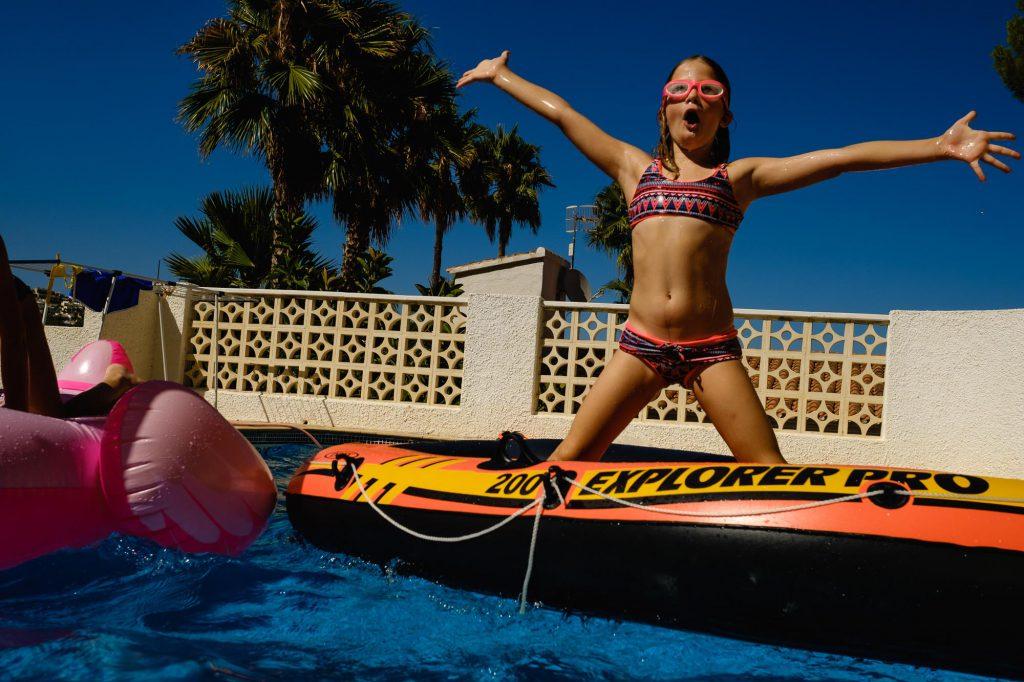 Playing with rubber boot in swimming pool in Spain, vacation Day in the Life. Spelen met rubberen bootje in zwembad in vakantie Spanje. Vakantie fotografie, foto door Sandra Stokmans Fotografie