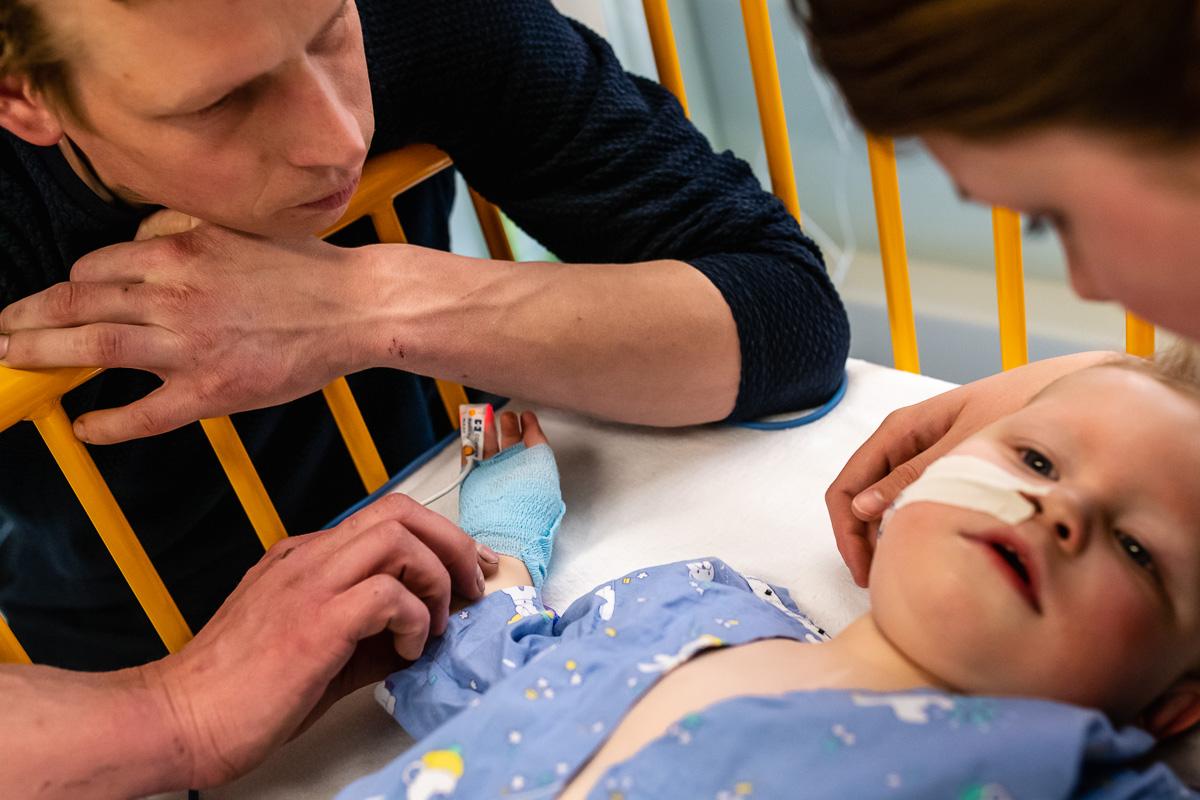 Hartcatherisatie van jongen 22 maanden in het Wilhelmina Kinderziekenhuis, voor Project Hartekind