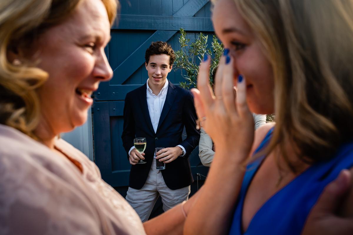Bruiloftsfotografie-documentaire familiefotografie-moeder troost dochter-zoon kijkt toe-Sandra Stokmans Fotografie_SSF0903