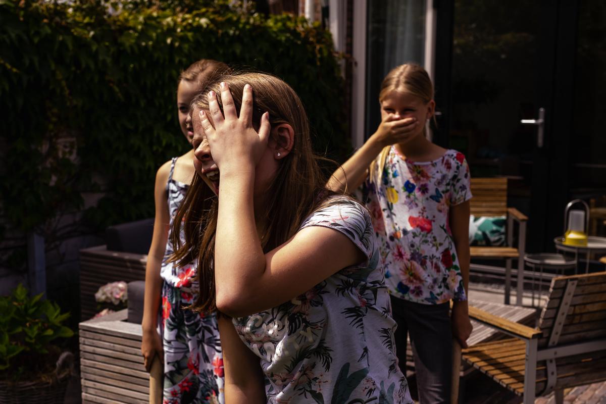 Dag vrienden fotograferen, familiespel KUBB wordt heel fanatiek gespeeld. Familiefotografie Voorburg door Sandra Stokmans Fotografie