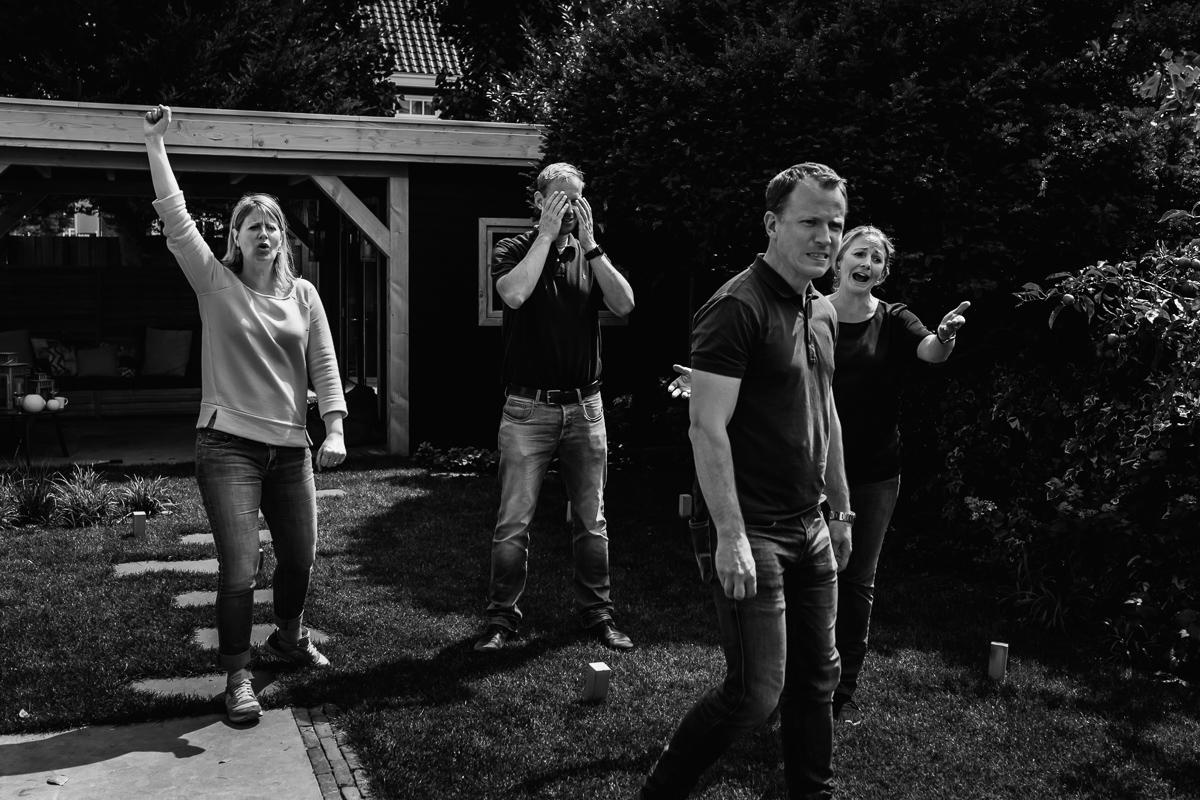 Allerlei emoties gebeuren tijdens dit familiespel KUBB , familiefotografie Voorburg door Sandra Stokmans Fotografie