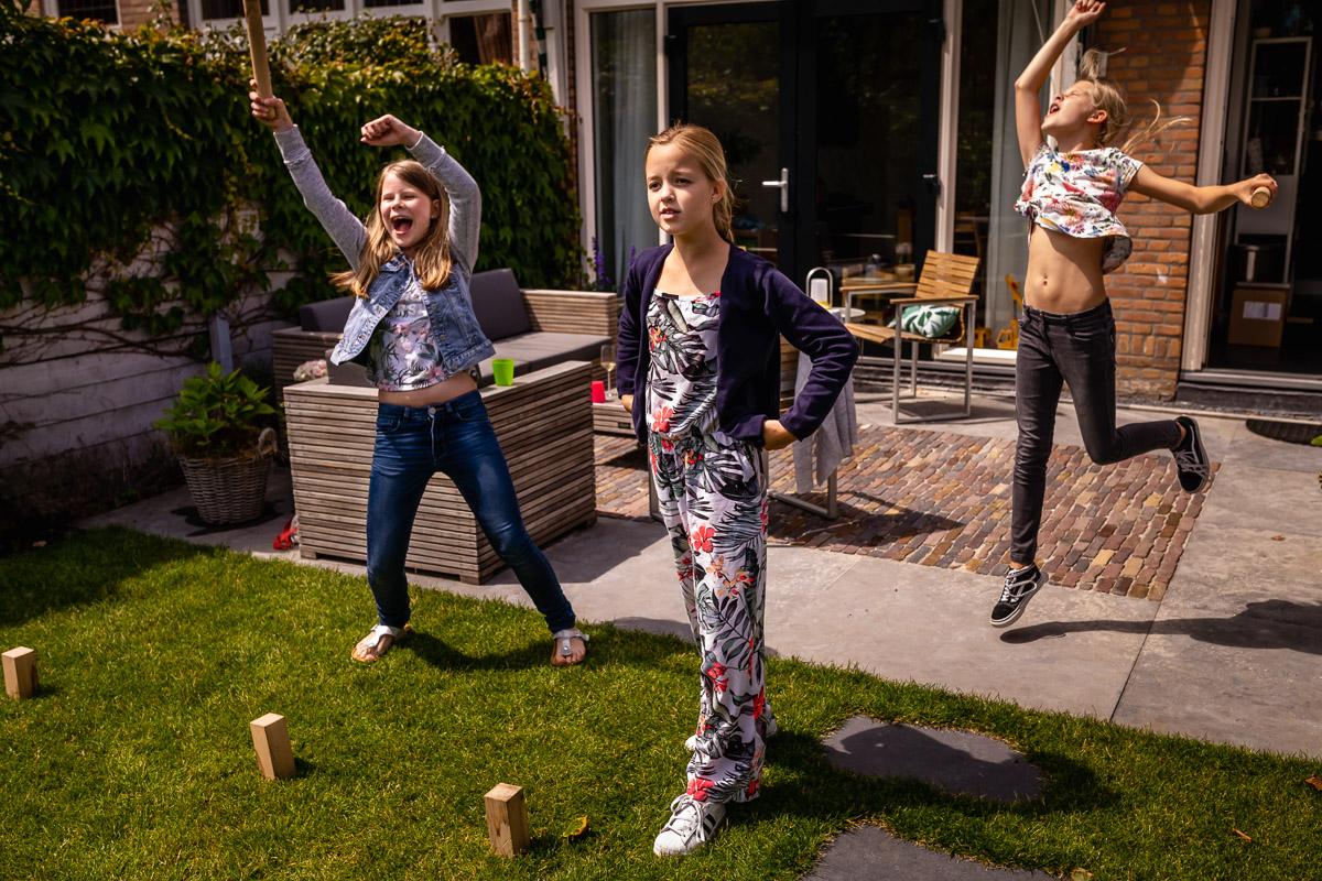 Familiespel KUBB wordt heel fanatiek gespeeld tijdens deze spelletjes middag, en de meiden winnen! Familiefotografie Voorburg door Sandra Stokmans Fotografie