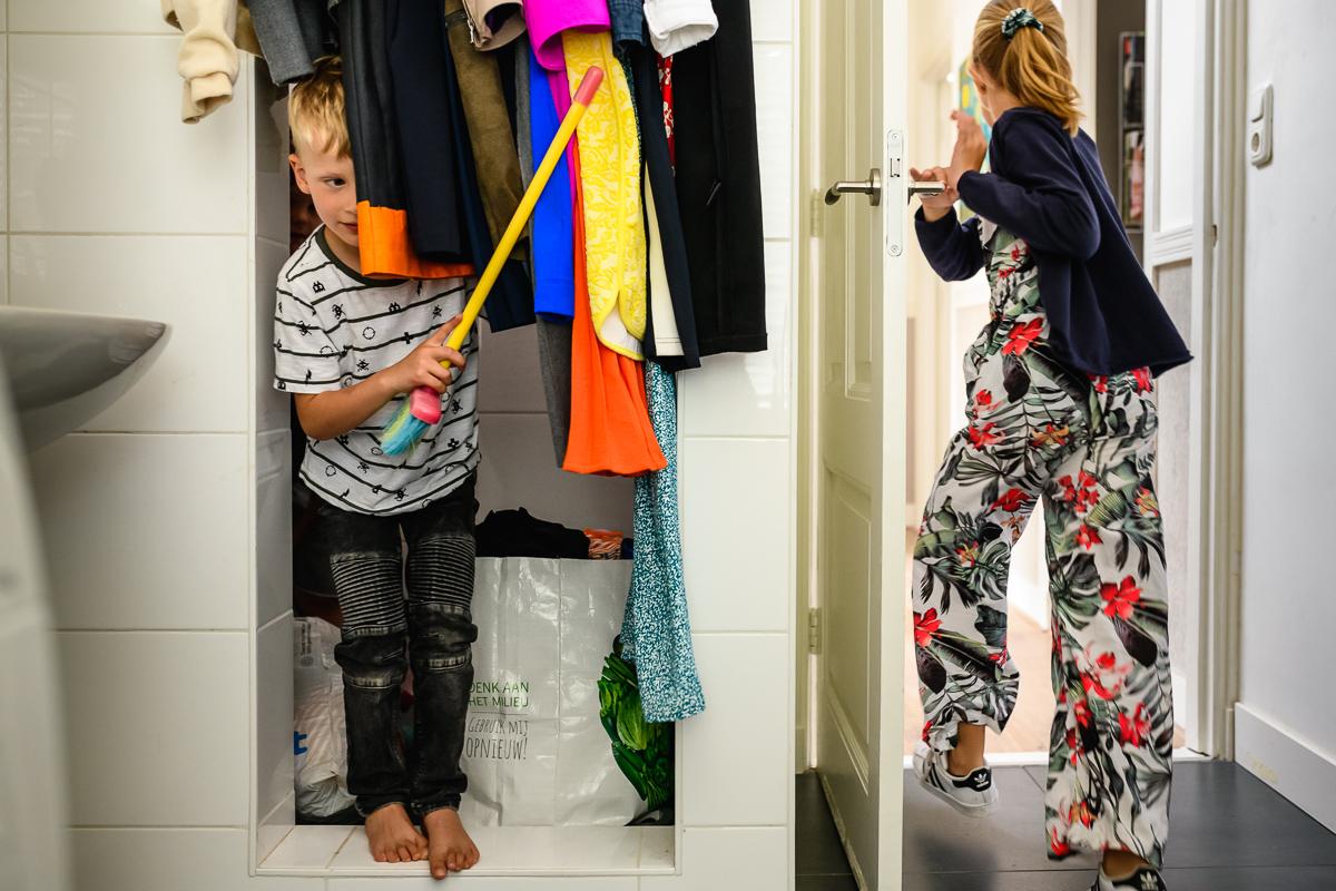 Dag vrienden fotograferen en dan verstoppertje spelen; familiefotosessie Voorburg, door Sandra Stokmans Fotografie